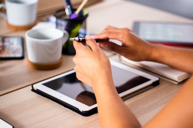 Hoge hoek moderne tablet op kantoor