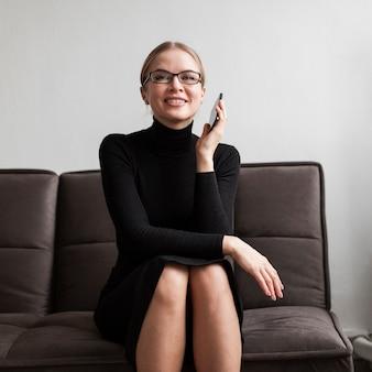Hoge hoek moderne vrouw die bij telefoon spreekt
