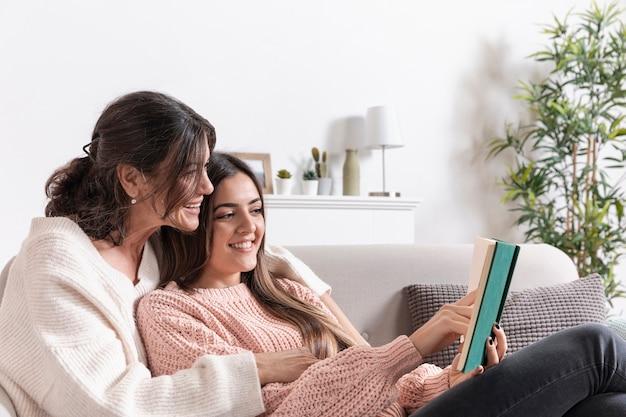 Hoge hoek moeder en meisje lezen