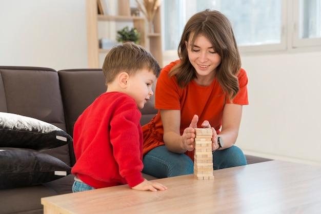 Hoge hoek moeder en zoon spelen janga-spel