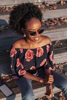 Hoge hoek mooie afrikaanse vrouw die weg kijkt