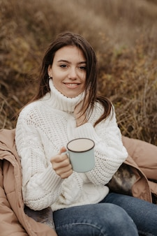 Hoge hoek mooie vrouw het drinken thee