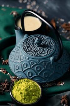 Hoge hoek natuurlijke aziatische thee op lijst