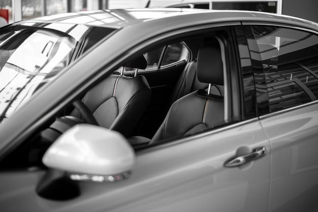 Hoge hoek nieuwe auto beschikbaar voor verkoop