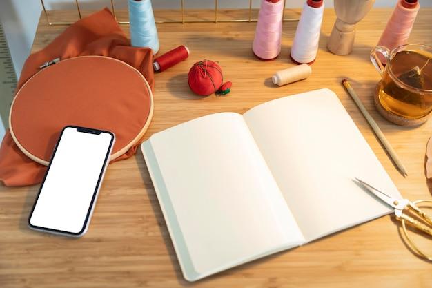 Hoge hoek notebook en smartphone op tafel