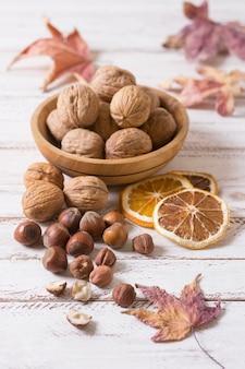 Hoge hoek noten en walnoten arrangement