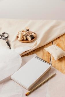 Hoge hoek op maat gemaakte items en notitieboekje