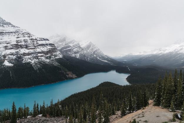 Hoge hoek opname van een duidelijk bevroren meer omgeven door een bergachtig landschap