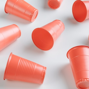 Hoge hoek oranje plastic bekers