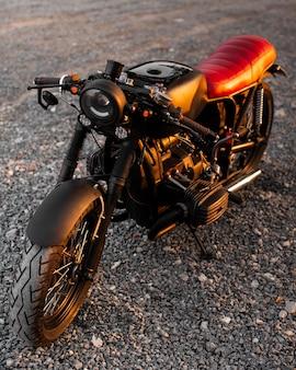 Hoge hoek oude motorfiets buitenshuis