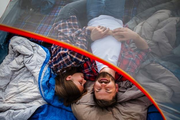 Hoge hoek paar kamperen in tent