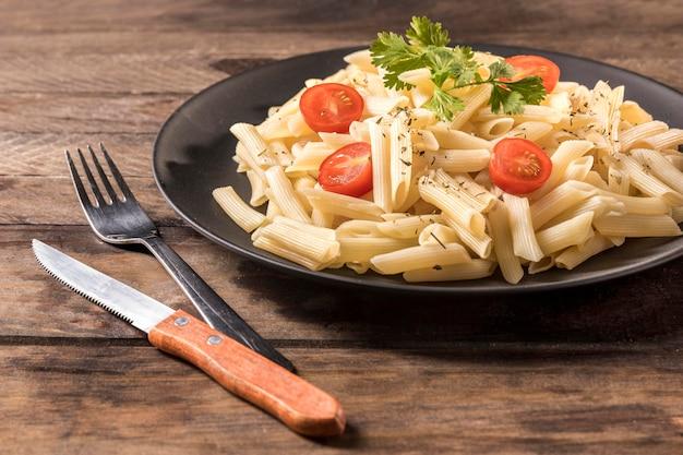 Hoge hoek pasta op houten tafel