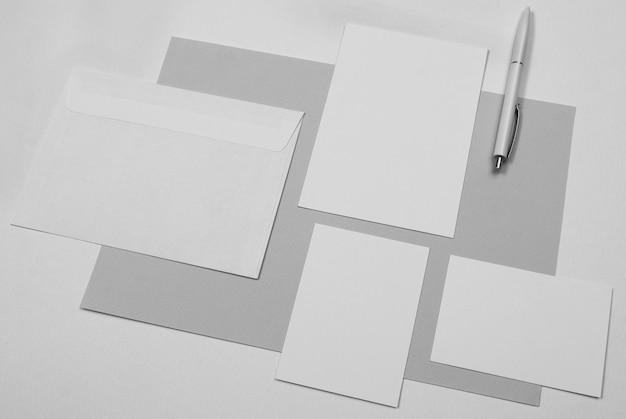Hoge hoek pen en vellen papier