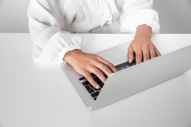Hoge hoek persoon die op een laptop werkt