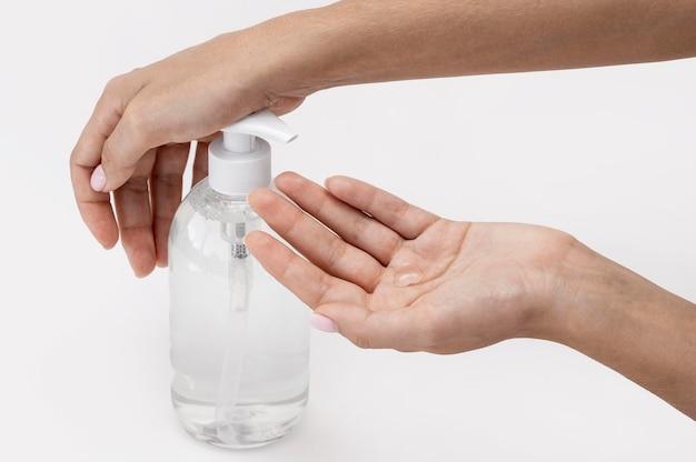 Hoge hoek persoon die vloeibare zeep gebruikt