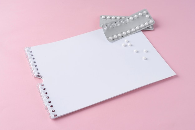 Hoge hoek pillen folies en notebook