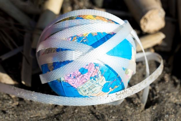 Hoge hoek plastic en papier aan zee