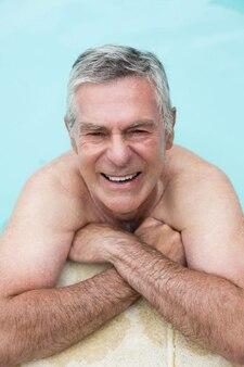 Hoge hoek portret van gelukkig senior man zwemmen in zwembad