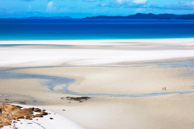 Hoge hoek prachtig uitzicht op het whitehaven beach in hamilton, australië