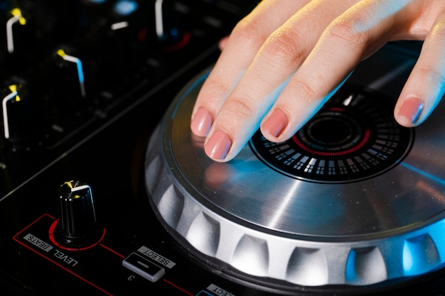 Hoge hoek professionele dj apparatuur close-up