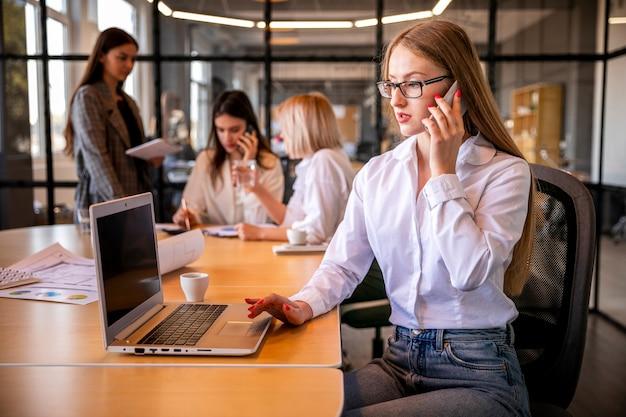 Hoge hoek professionele vrouwen op het werk