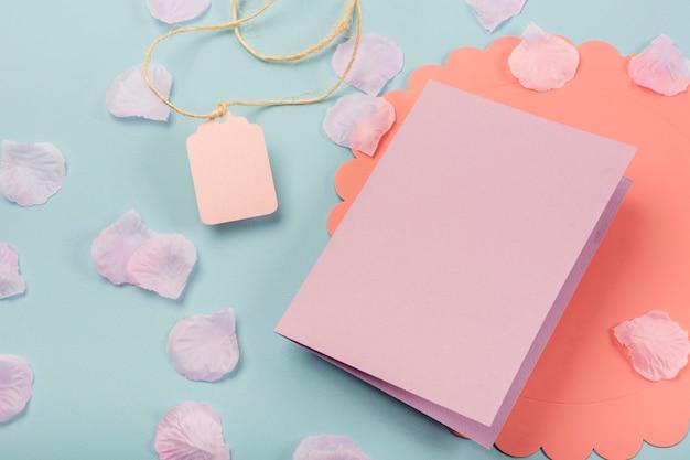 Hoge hoek quinceañera compositie voor feestvarken met roze kaart