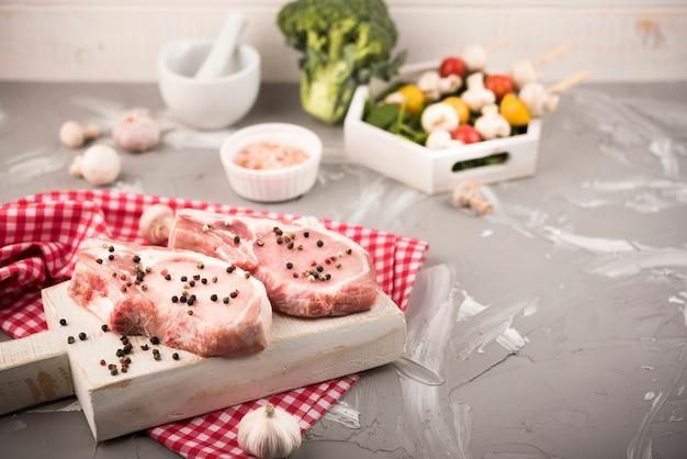 Hoge hoek rauwe biefstuk met groenten