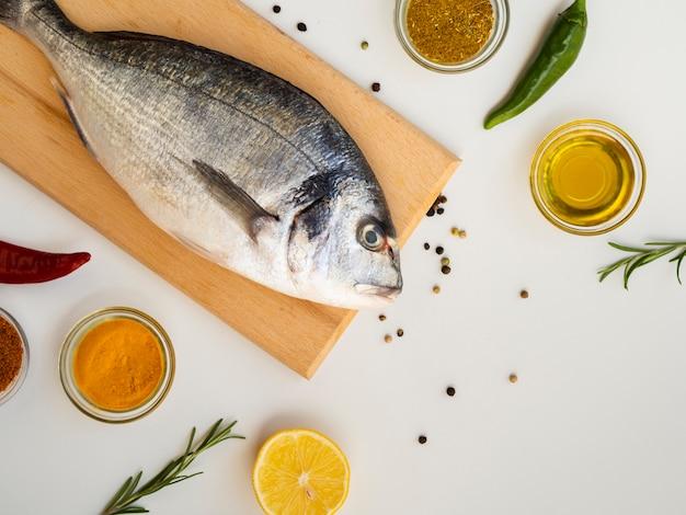 Hoge hoek rauwe vis klaar om te worden gekookt