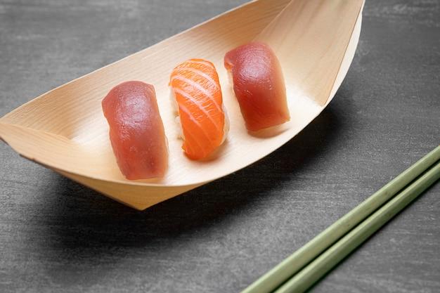 Hoge hoek rauwe vis met rijst op plaat