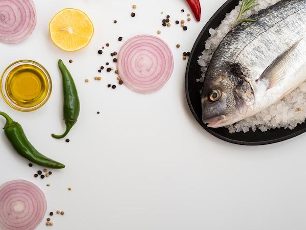 Hoge hoek rauwe vis omgeven door ui