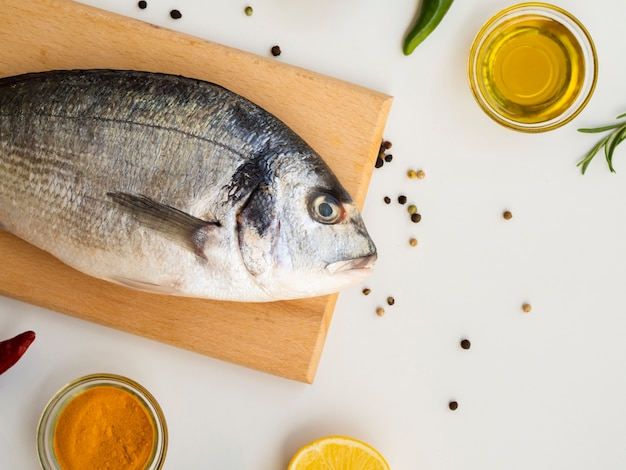 Hoge hoek rauwe vis op een houten bord