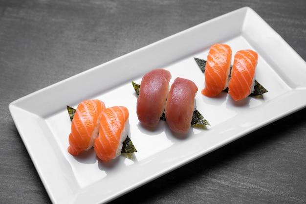 Hoge hoek rauwe vis op plaat