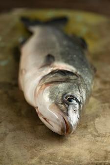 Hoge hoek rauwe vis op tafel