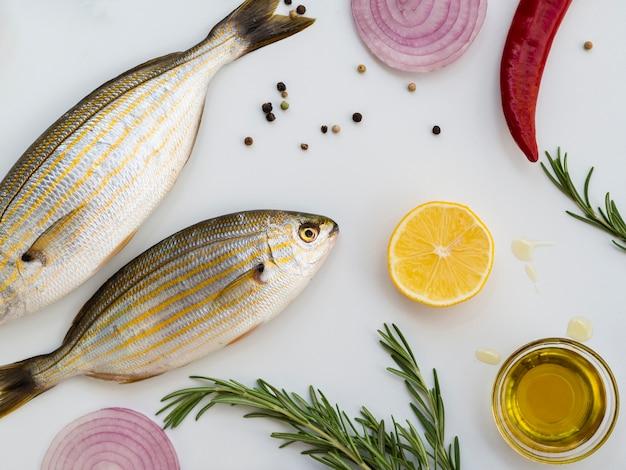 Hoge hoek rauwe vissen met specerijen