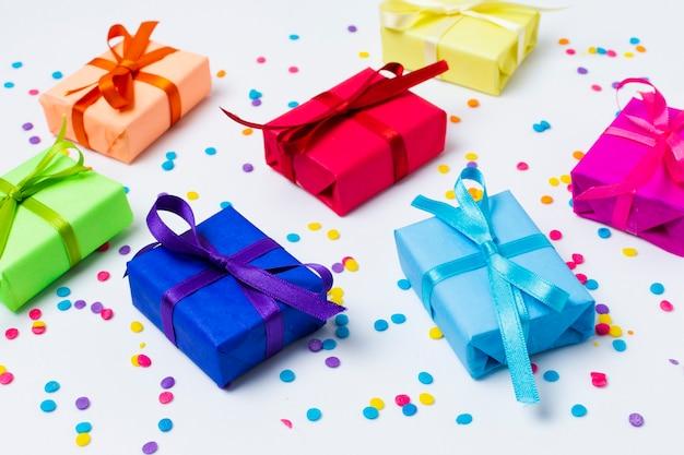Hoge hoek regenboog gekleurde geschenken arrangement