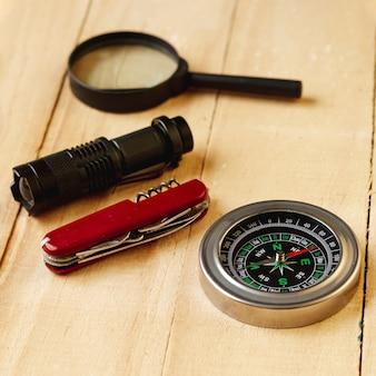 Hoge hoek reiziger bestek en kompas