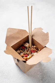 Hoge hoek rijst en groenten afhaalmaaltijden met stokjes