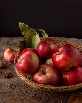 Hoge hoek rode appels in de mand