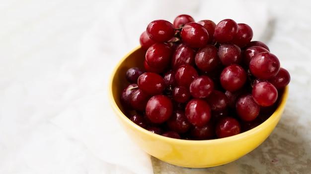 Hoge hoek rode druiven in kom