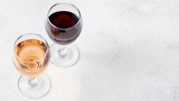 Hoge hoek rode en rose wijn in glas