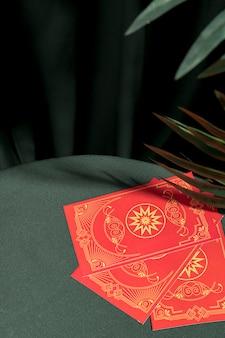 Hoge hoek rode tarotkaarten op tafel