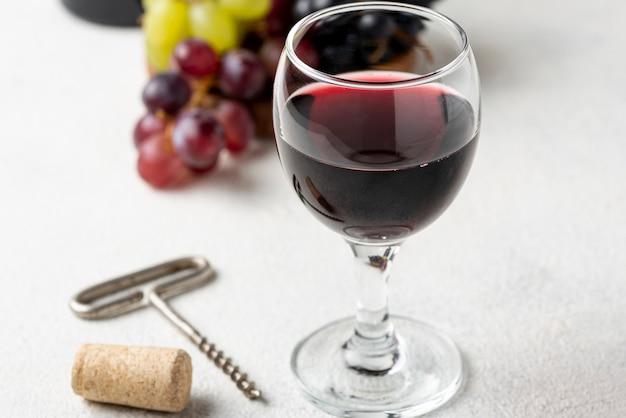 Hoge hoek rode wijn in glas