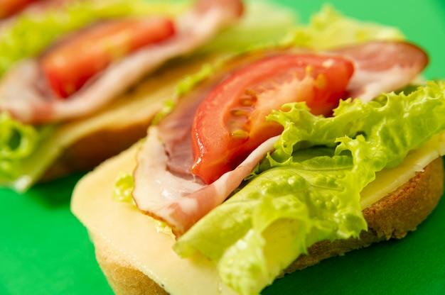 Hoge hoek sandwich arrangement op groen bord