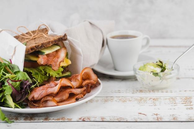 Hoge hoek sandwich en koffie voor het ontbijt