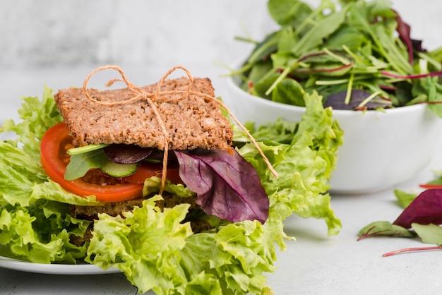 Hoge hoek sandwich met greenary