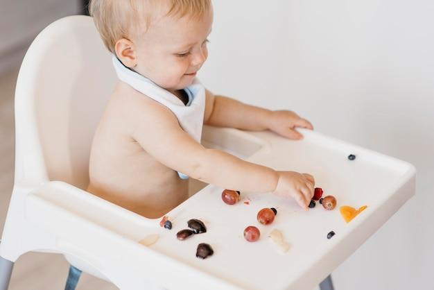 Hoge hoek schattige baby alleen eten