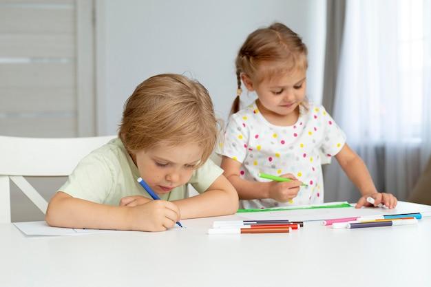 Hoge hoek schattige kinderen tekenen