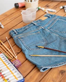 Hoge hoek schilderijartikelen en korte broeken