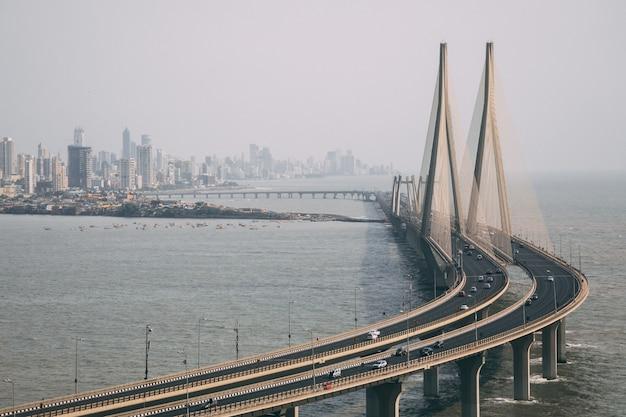 Hoge hoek schot van bandra worli sealink in mumbai omhuld met mist
