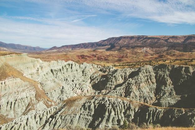 Hoge hoek schot van de rotsen in de zandige heuvels in een verlaten gebied